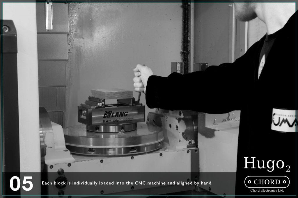 Fiecare bloc de aluminiu este incarcat in aparatul CNC si aliniat manual.
