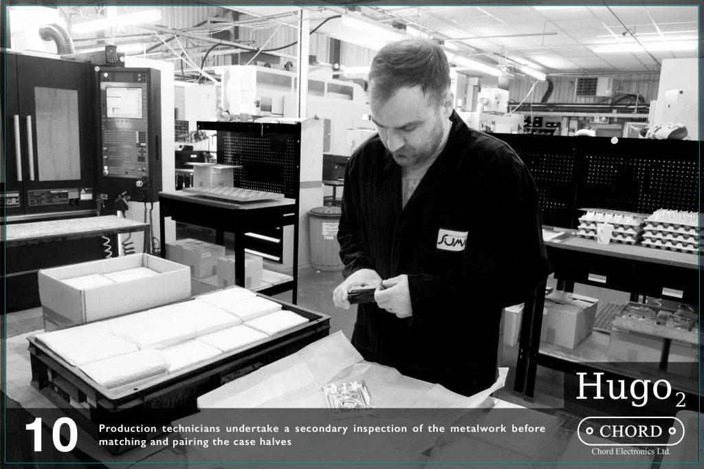 Tehnicienii de productie demareaza procedeul secund de inspectie a placilor metalice inainte de potrivirea si imbinarea jumatatilor.