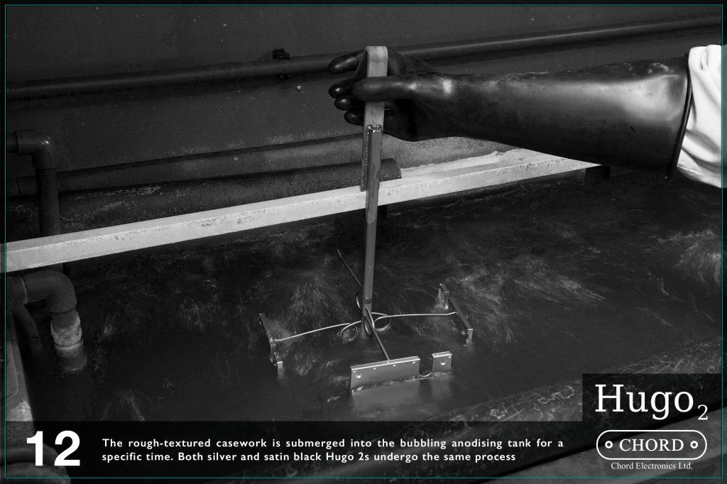 Carcasa dura, bruta este scufundata intr-un tanc pentru anodizare o durata limitata de timp. Ambele variante de culoare Hug0 2 trec prin acelasi proces.
